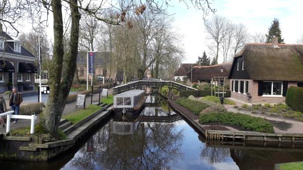 Salah satu perahu wisata untuk berkeliling kanal